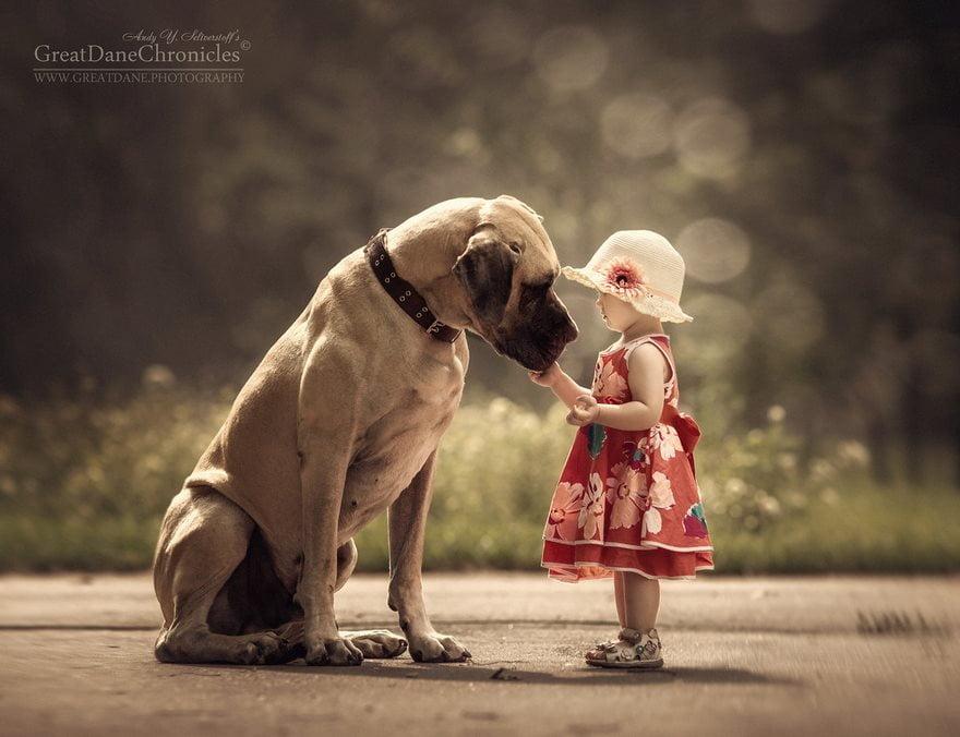 Copiii mici si cainii lor mari
